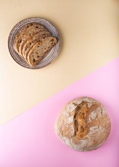 Плоские лежали с хлебом на двухцветной поверхности.