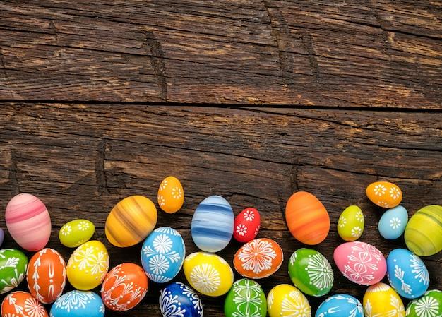 Пасхальные яйца на деревянном