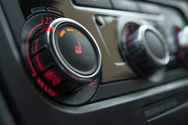 車の座席のクローズアップを加熱するためのボタン。