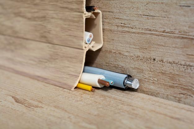 床のプラスチック幅木におけるワイヤーの敷設