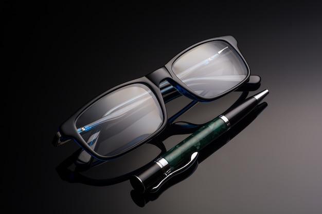 メガネとペン