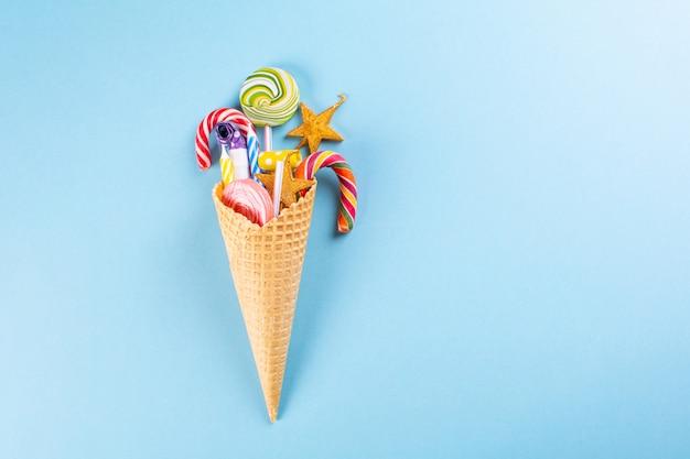 Вафельный рожок с конфетой. концепция дня рождения