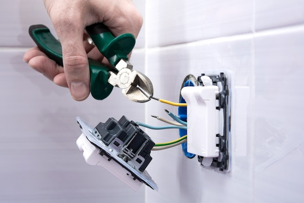 バスルームの安全なソケットのインストールプロセス