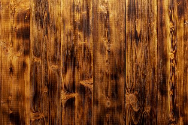 漆塗りの松の板を垂直に配置