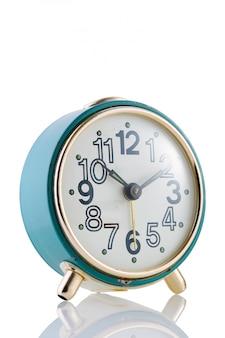 孤立した白地に青いレトロな目覚まし時計クローズアップ。