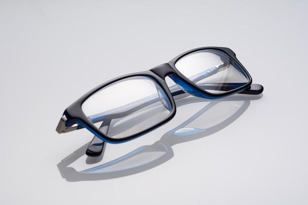 白い表面にダークブルーのメガネ