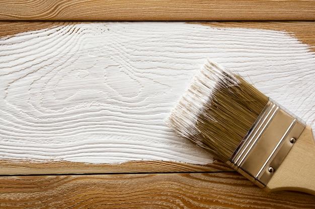 ボード上の白いペンキのブラシ