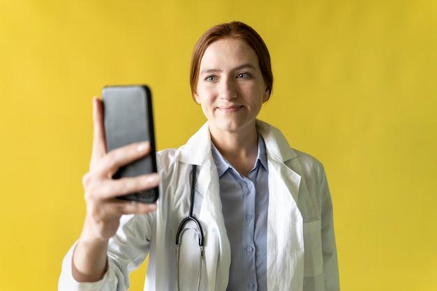 医者はズームで患者と通信します