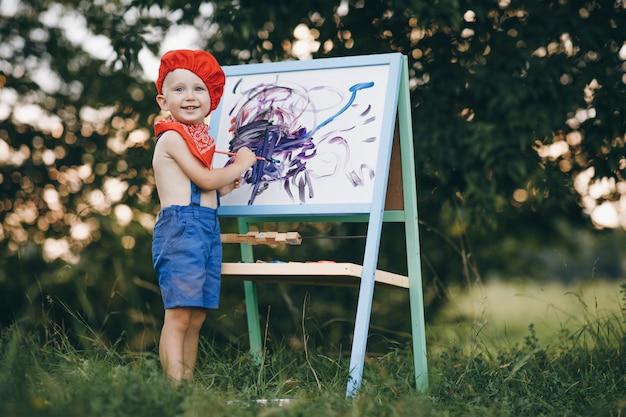 アーティストは、キャンバスに細かいブラシをペイントします。