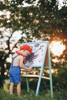 夏の公園で子供の絵を描く屋外