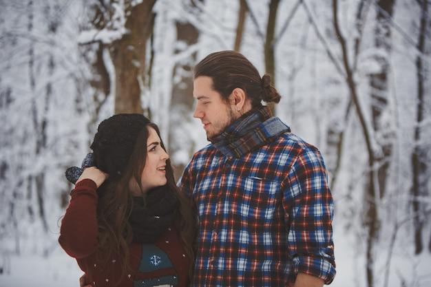 冬の森で幸せなカップル