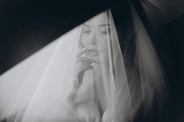 Портрет крупного плана молодой шикарной невесты. красивая невеста портрет с вуалью на лице.