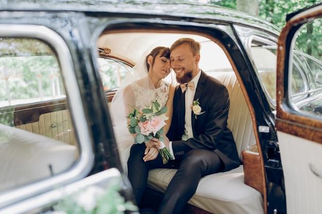 男と女は車に座って、車のガラスに通りの反射、彼女は目を閉じた