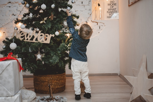 クリスマスツリーを飾るかわいい男の子
