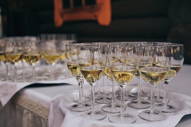 Элегантные бокалы с шампанским стояли в ряд на сервировочном столе во время вечеринки