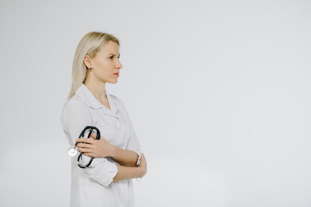 彼女の首に聴診器を持つ女性医師。