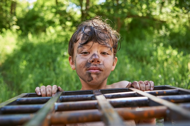Весёлый, грязный и милый мальчик - испачкался в саже
