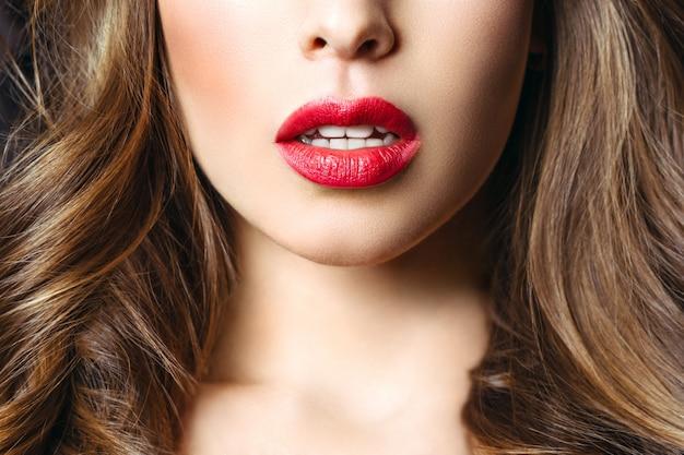 官能的な赤い唇、口を開けて。美しい女性の肖像画、大きな唇をクローズアップ。唇に壮大な赤いリップスティック