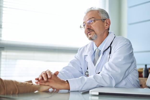 医者と患者は何かを話し合っています