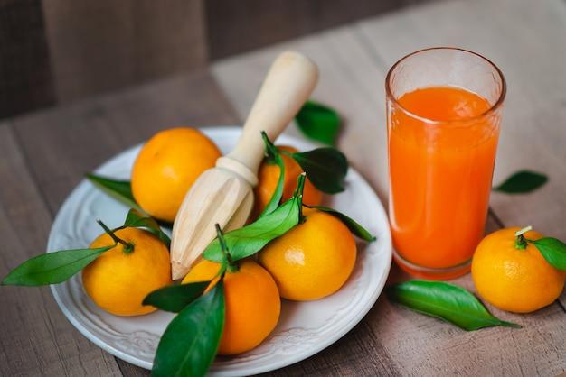 Цитрусовый сок и свежий мандарин