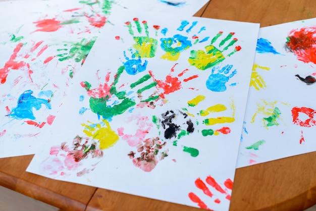 彼の手で絵を描く子