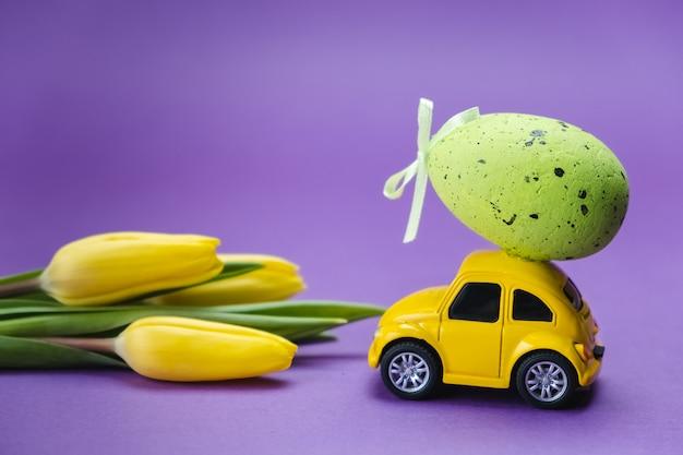 Ретро игрушечный автомобиль на фиолетовой поверхности