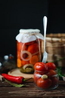 Домашние банки маринованные помидоры. маринованный и консервированный продукт. концепция вегетарианства