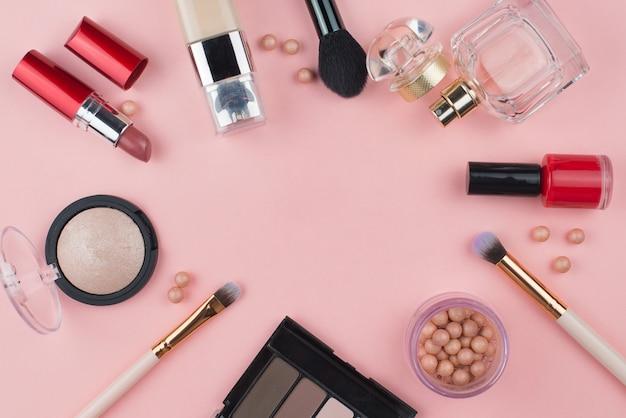 ピンクの背景の化粧品フレーム。