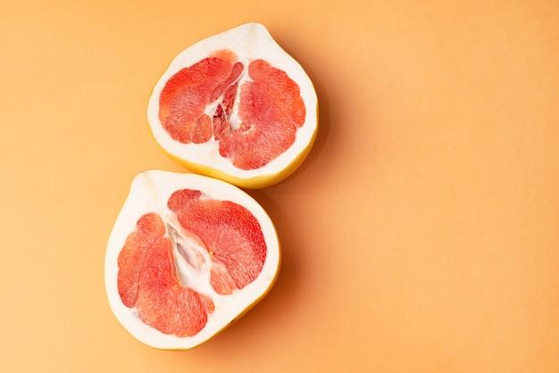 Свежий грейпфрут на апельсине