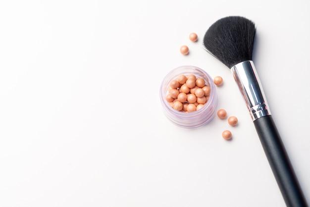 化粧ブラシと白地に赤面。美容コンセプト。テキスト用のスペースとクローズアップ