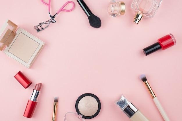 ピンクの背景に化粧品を作る