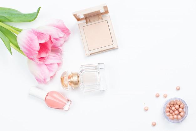 化粧品と白地にピンクのチューリップ