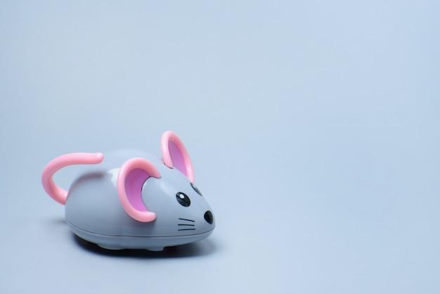 灰色の壁におもちゃのマウス
