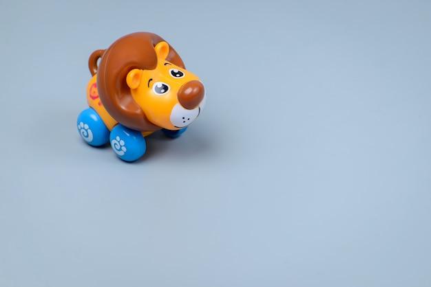 灰色の壁におもちゃのライオン