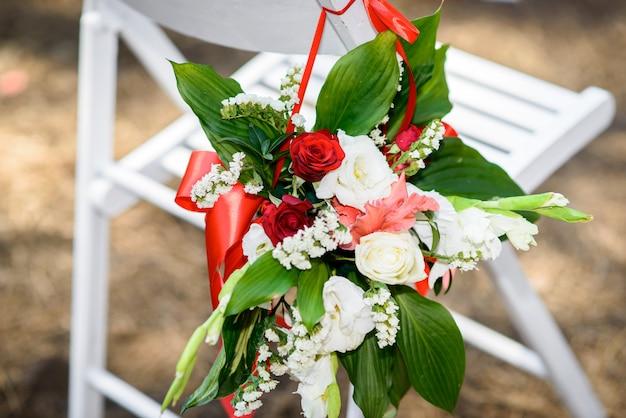 椅子の上の花は結婚式の飾りです。