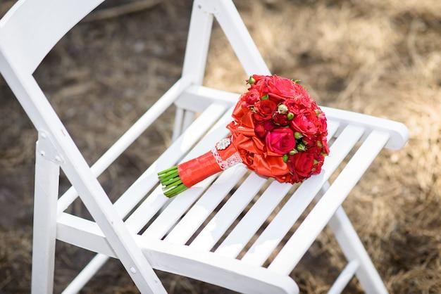 白い木製の椅子に花嫁のブーケ