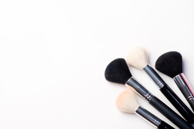 白い背景の上の化粧ブラシ。美容コンセプト。テキスト用のスペースとクローズアップ