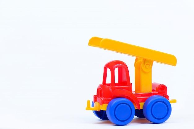 白い壁におもちゃのプラスチック車