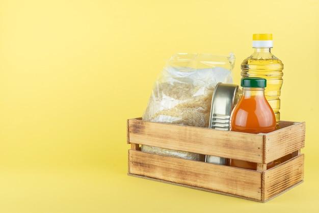 缶詰とボトルのついた木箱