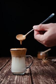 グラスにアイスダルゴナコーヒー
