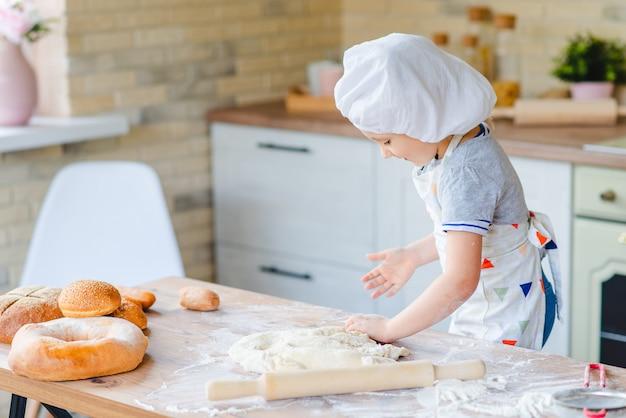 家庭の台所で料理をしてかわいい女の子