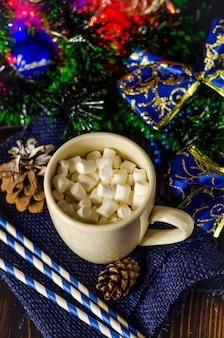 クリスマスの装飾にマシュマロと飲み物のカップ