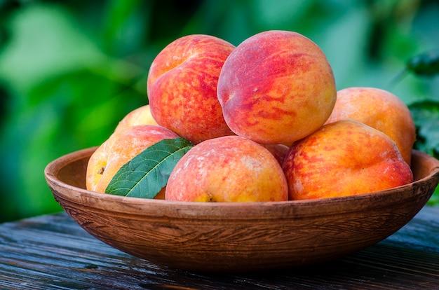 Персики в миске