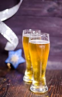 Пиво в бокалах на рождество