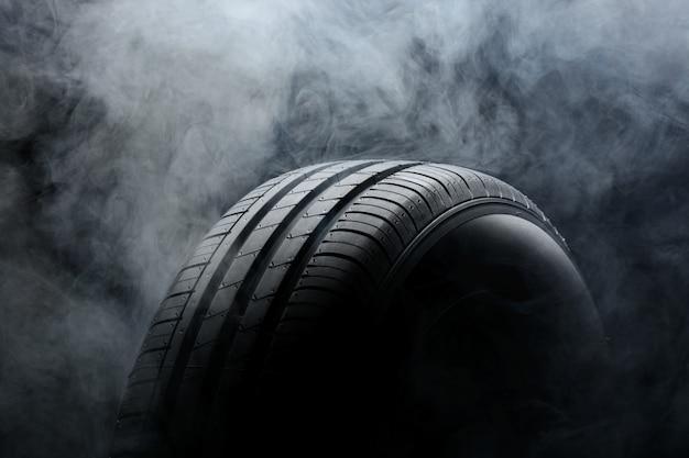車のタイヤと黒の煙