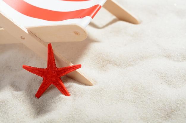 Красная звезда возле шезлонга на пляже