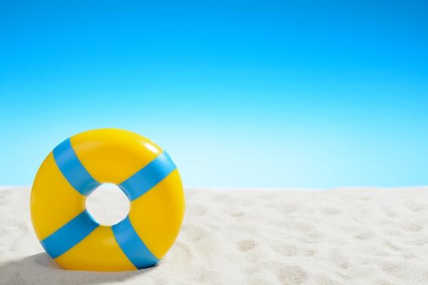 青空のビーチでの水泳リング