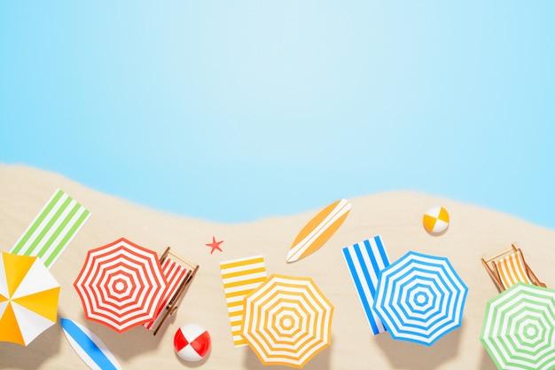 Вид с воздуха на морском курорте. аксессуары для летнего отдыха на песке