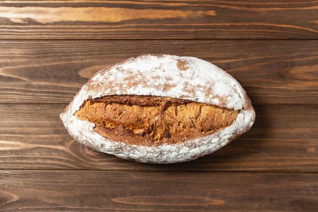 焼きたての自家製パン。茶色の木製のテーブルにそばパン