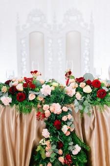 花で美しく飾られた結婚式のテーブル